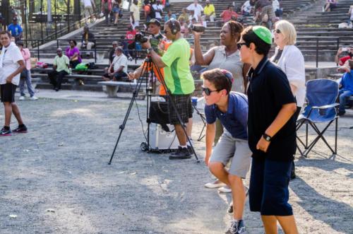Crowd cameraman and both (boys) 5577